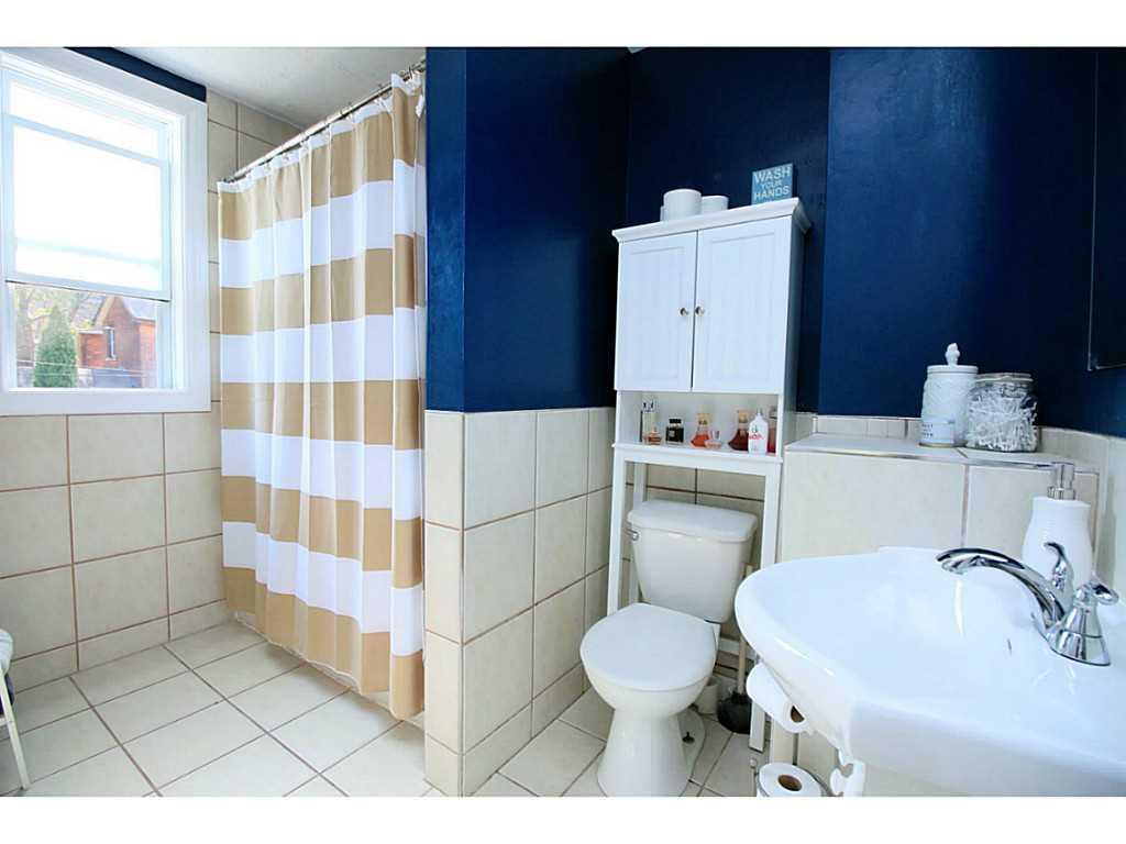 73 Peter Street - Bathroom.