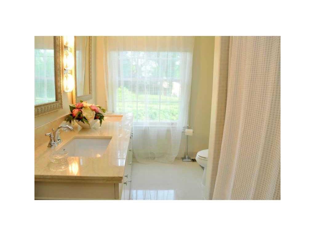 69 Auchmar Road - Bathroom.