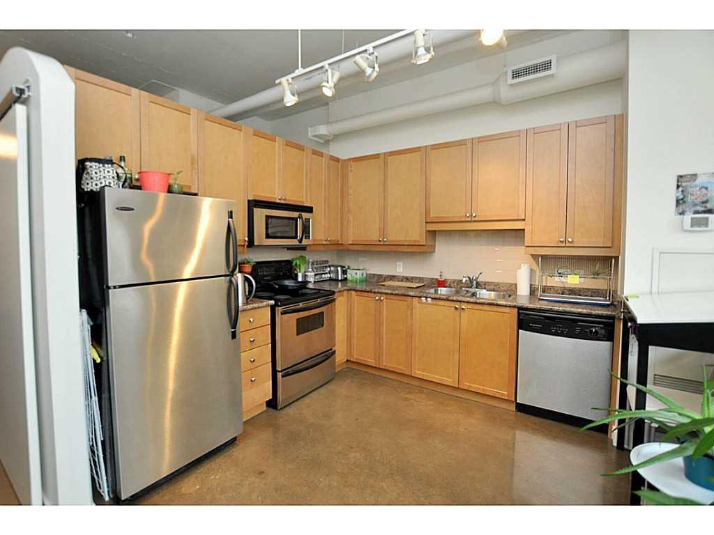 607-66 Bay Street S  - Kitchen.