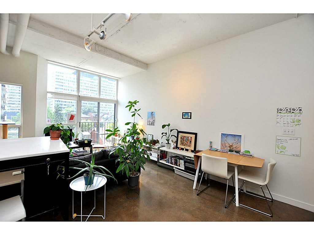 607-66 Bay Street S  - Living Room.