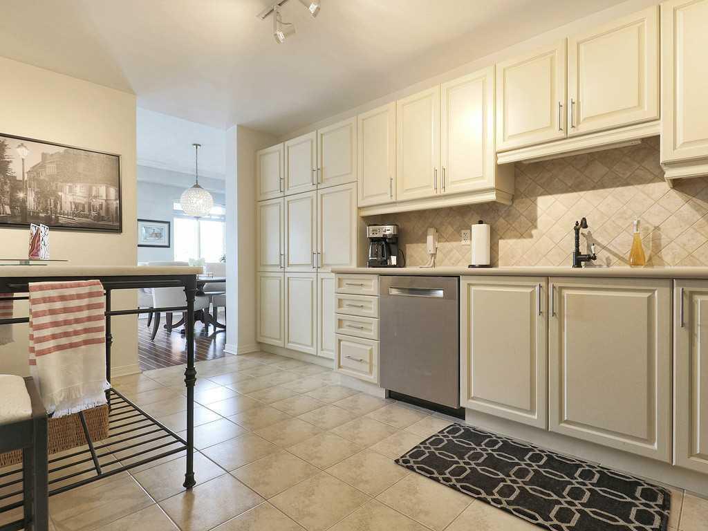301-4000 Creekside Drive - Kitchen.