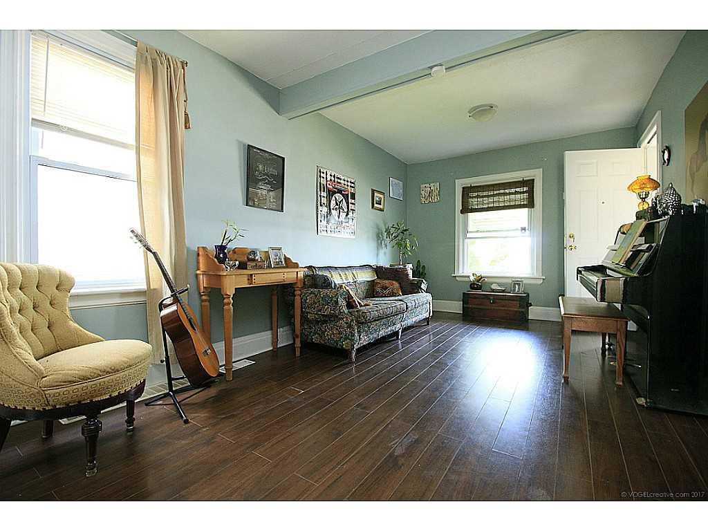 591 Mary Street - Living Room.