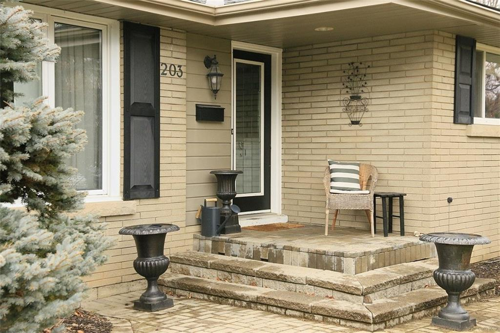 203 Woodview Crescent - Front Porch
