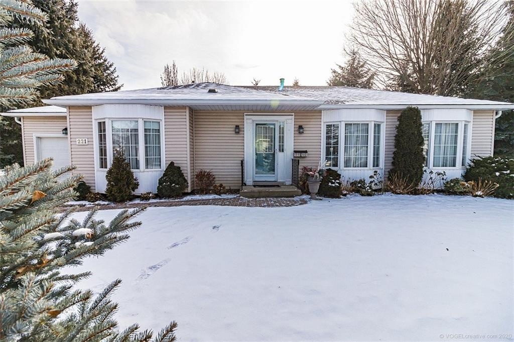 Photo of: MLS# H4070112 221 Silverbirch Boulevard, Mount Hope