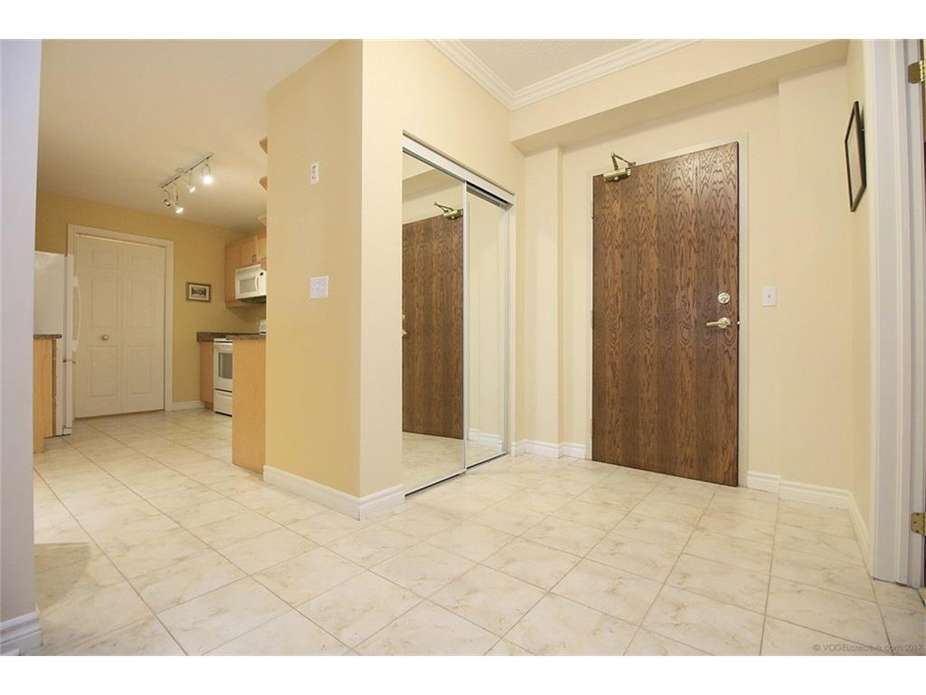 704-3000 Creekside Drive - Foyer