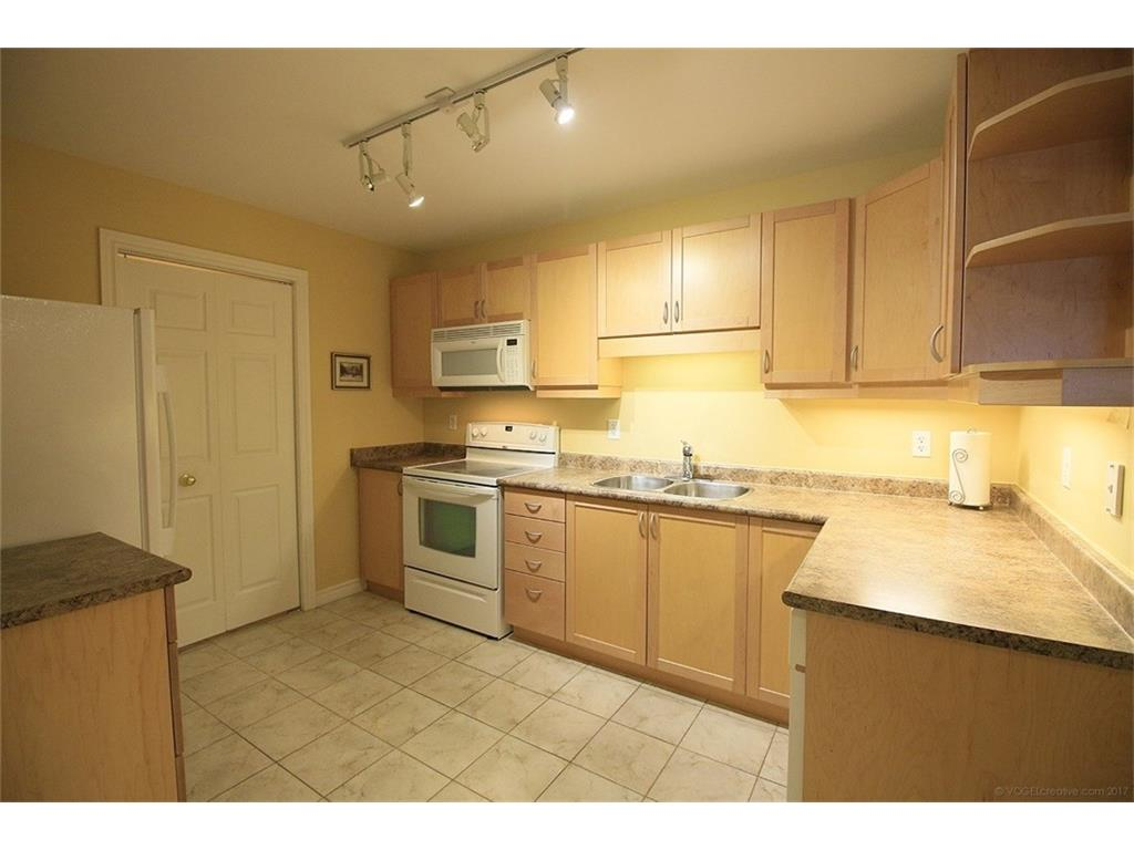 704-3000 Creekside Drive - Kitchen