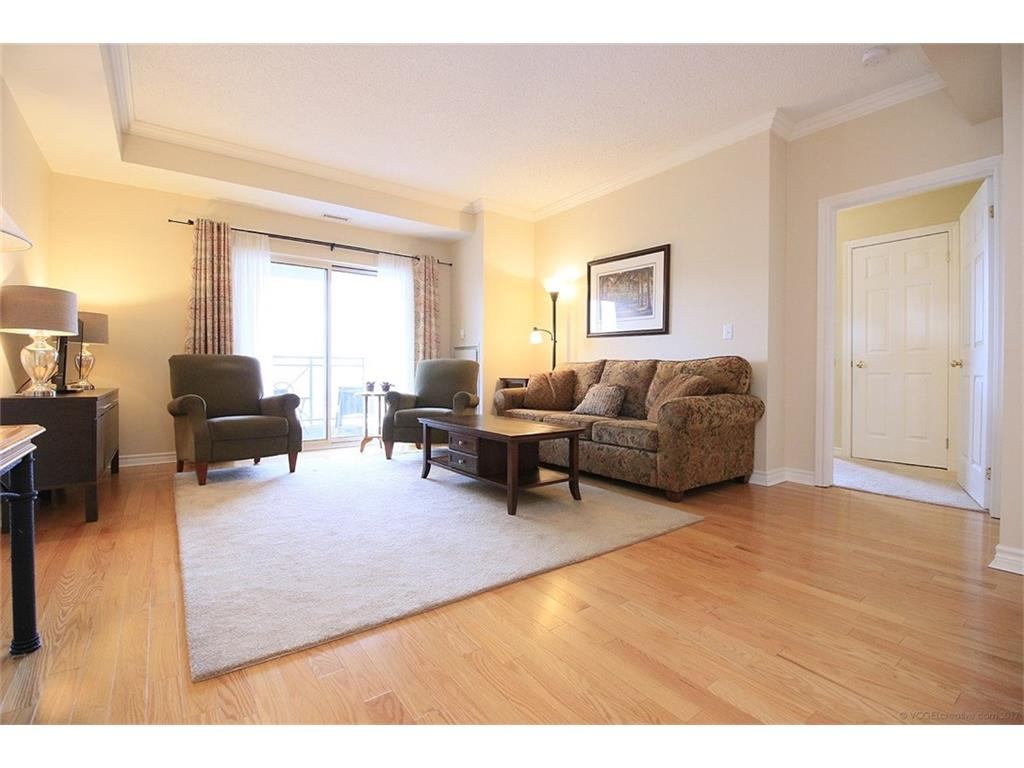 704-3000 Creekside Drive - Living Room