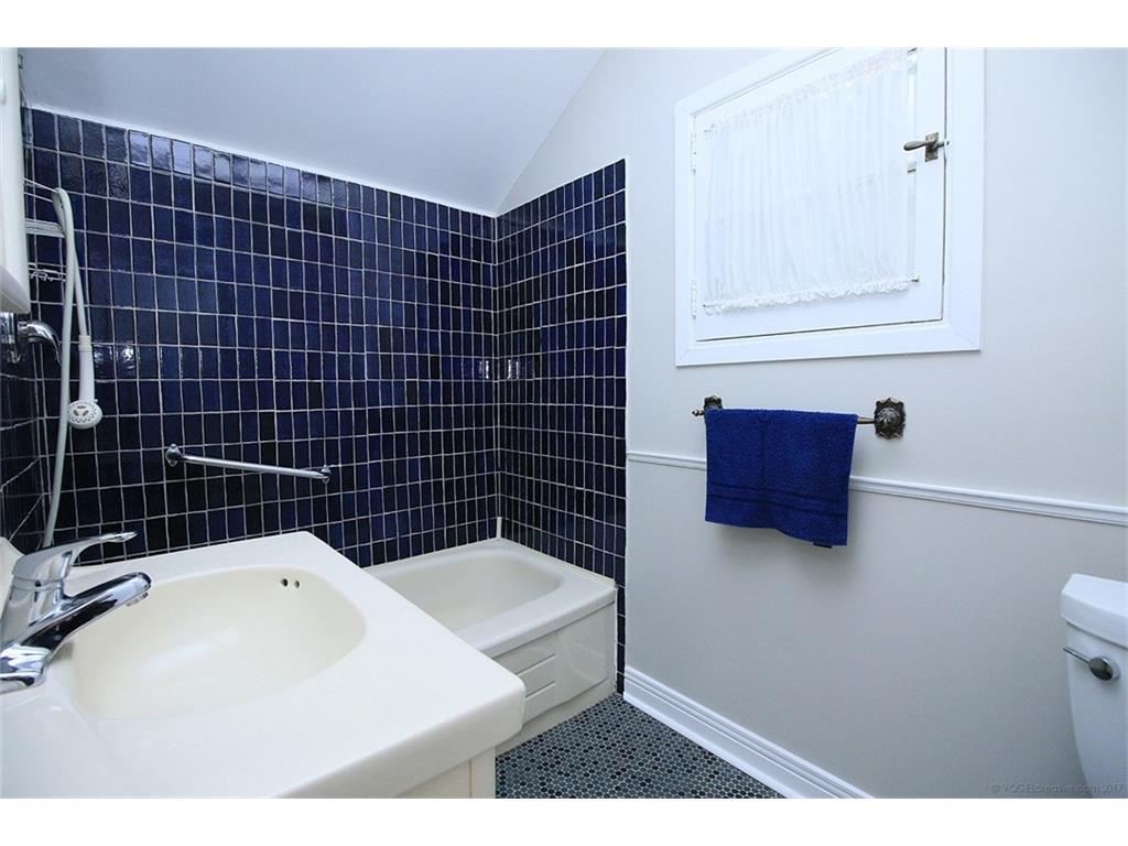 476 Dundurn Street S  - Bathroom