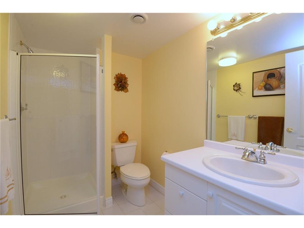 404-77 Governor's Road - Bathroom