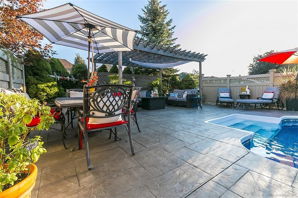 110 Stonehenge Drive - Outdoor Sitting Area