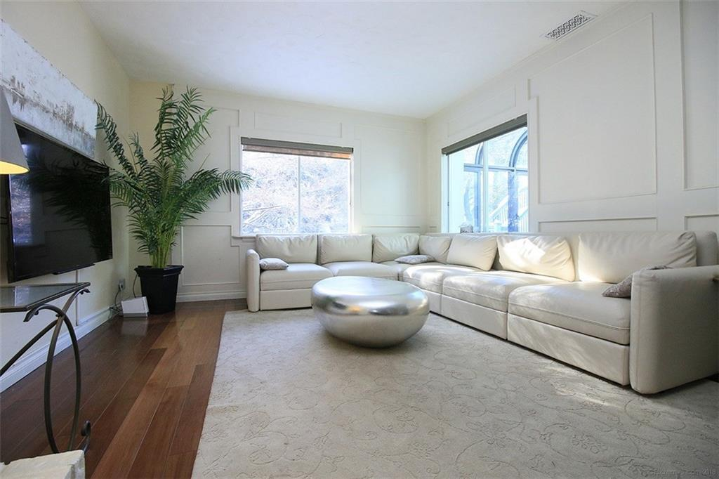 190 Jerseyville Road W  - Living Room