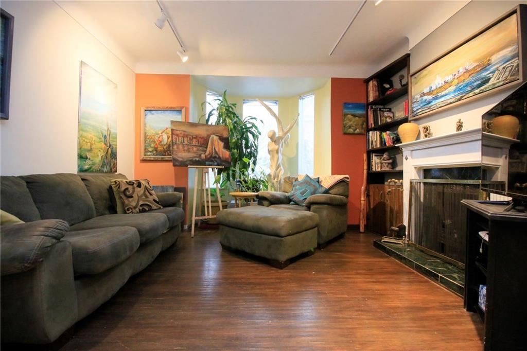 226 Caroline Street S  - Living Room