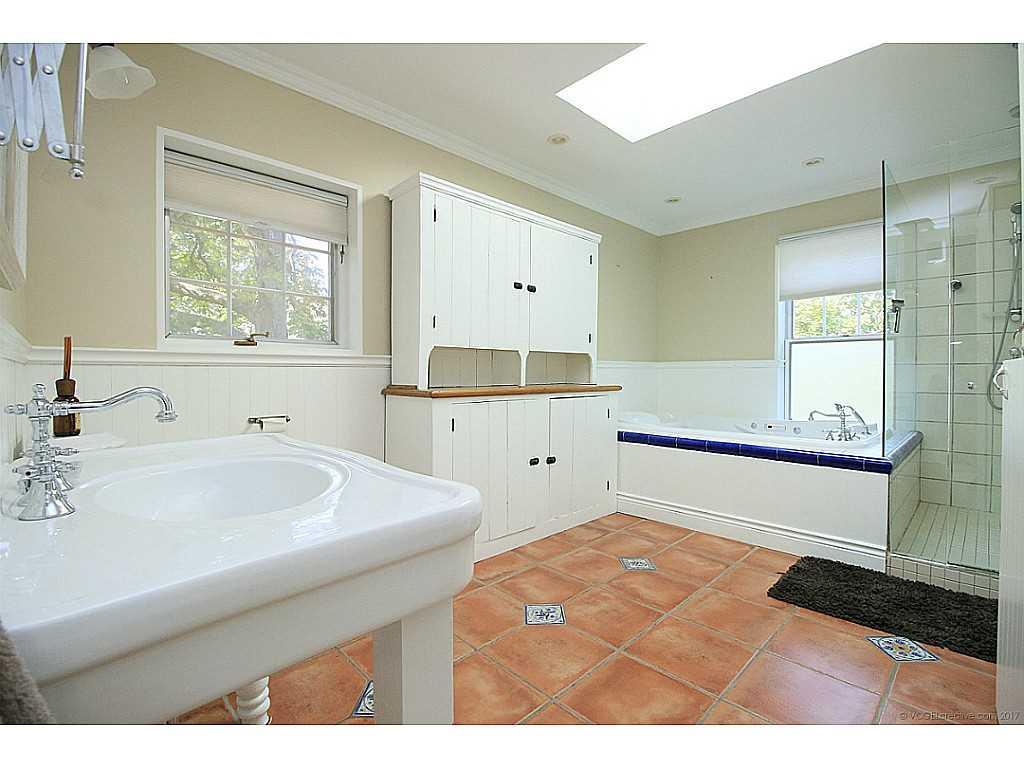 48 Aberdeen Avenue - Bathroom.