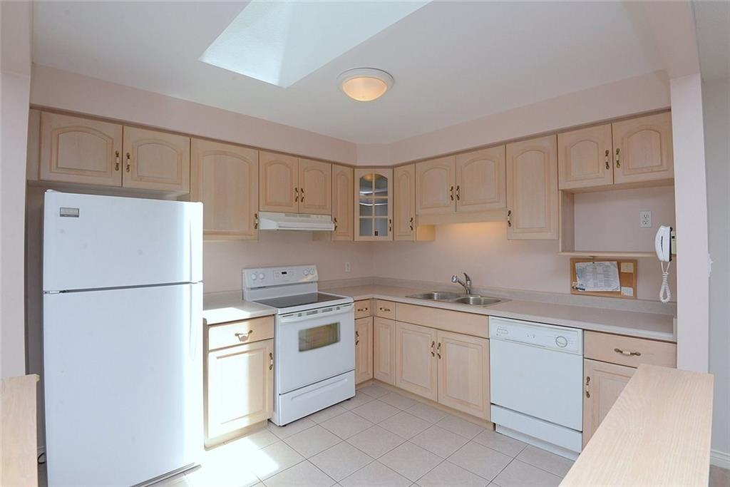 14-60 Dundas Street - Large eat-in kitchen with lots of cupboards and counter space